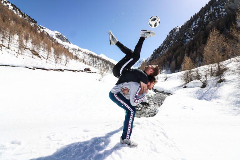 Fussballartisten mit Fussball Show im Schnee kurz vor der Fussball WM.